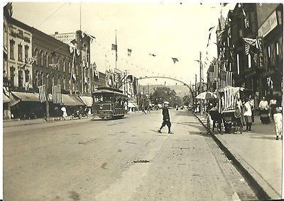 ANTIQUE PHOTO DOWN TOWN STREET VIEW PEOPLE TROLLEY RAIL CAR AMERICAN FLAGS - Back from the dead antiques