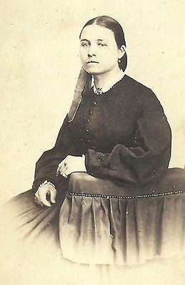 CDV PHOTO BEAUTIFUL YOUNG WOMAN SEATED IN FASHION DRESS CIVIL WAR ERA - Back from the dead antiques