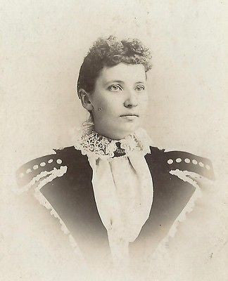 CABINET PHOTO BEAUTIFUL YOUNG VICTORIAN WOMAN IN FANCY LARGE SHOULDER DRESS - Back from the dead antiques