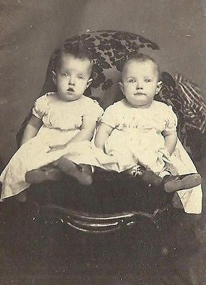 CDV PHOTO 2 CUTE LITTLE CHILDREN POSING CIVIL WAR ERA PORTAGE WISCONSIN - Back from the dead antiques