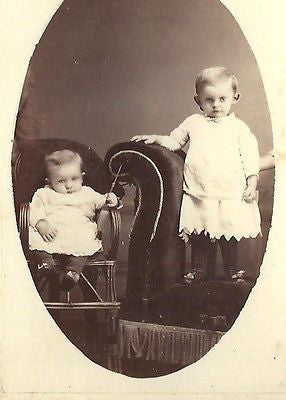 CDV PHOTO 2 ADORABLE LITTLE VICTORIAN BOYS POSING BROTHERS DE WITT IOWA - Back from the dead antiques