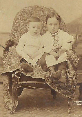 CDV PHOTO 2 ADORABLE YOUNG VICTORIAN BROTHERS SEATED IN CHAIR SODUS NY - Back from the dead antiques