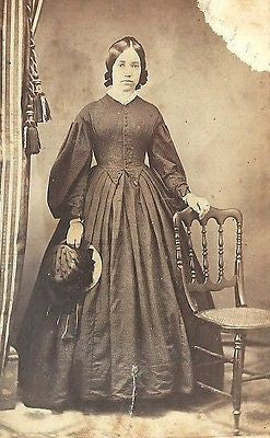 CDV PHOTO BEAUTIFUL YOUNG WOMAN LARGE HOOP DRESS HOLDING HAT CIVIL WAR ERA - Back from the dead antiques