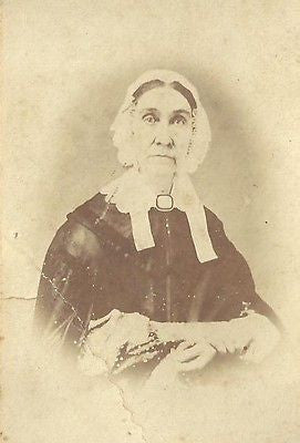 CDV PHOTO ELDERLY SHAKER WOMAN WHITE BONNET LARGE BROOCH PAINESVILLE OHIO - Back from the dead antiques