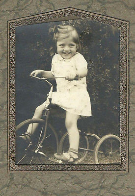 ANTIQUE PHOTO ADORABLE LITTLE GIRL SMILEING ON ANTIQUE TRICYCLE OUT DOORS - Back from the dead antiques