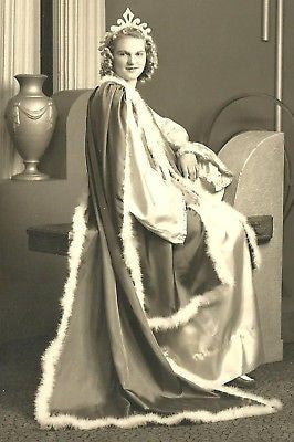 ANTIQUE PHOTO BEAUTIFUL YOUNG WOMAN LONG ROBE FUR TRIM - Back from the dead antiques