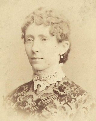 CABINET PHOTO LOVELY VICTORIAN WOMAN VERY FANCY DRESS - Back from the dead antiques