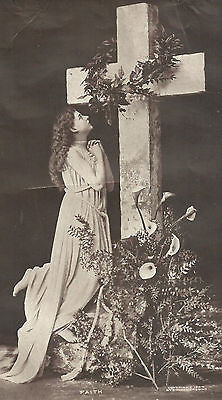 ANTIQUE PHOTO BEAUTIFUL WOMAN PRAYING TO LARGE CROSS FLOWERS BY FEET 1904 - Back from the dead antiques