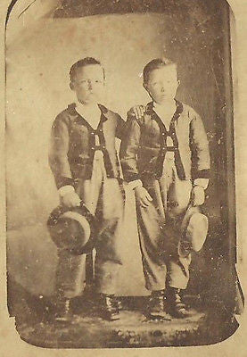 CDV PHOTO 2 HANDSOME YOUNG BOYS BROTHERS DRESSED IN SAME CHARMING OUTFITS CWE - Back from the dead antiques