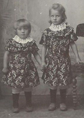 CDV PHOTO 2 BEAUTIFUL LITTLE VICTORIAN SISTERS IN MATCHING PAISLEY DRESSES - Back from the dead antiques