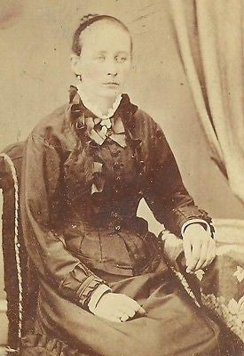 CDV PHOTO LOVELY YOUNG VICTORIAN WOMAN IN NICE FASHION SEATED MANAYUNK PA - Back from the dead antiques