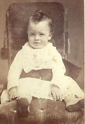 CDV PHOTO ADORABLE LITTLE VICTORIAN BOY OR GIRL IN GOWN NICE TOP CURL HAIR - Back from the dead antiques