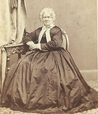 CDV PHOTO ELDERLY VICTORIAN WOMAN SEATED IN LARGE HOOP DRESS & WHITE BONNET - Back from the dead antiques