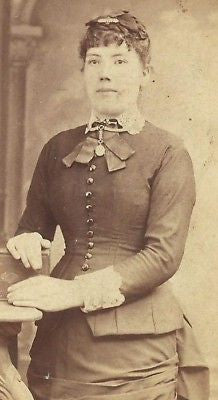 CDV PHOTO LOVELY VICTORIAN WOMAN FANCY DRESS LOWELL MAS - Back from the dead antiques