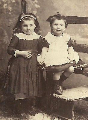 CDV PHOTO 2 CUTE YOUNG SISTERS SITTING ASIDE ONE AND OTHER UNITED KINGDOM KESWIC - Back from the dead antiques
