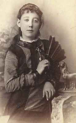 CDV PHOTO VERY BEAUTIFUL YOUNG VICTORIAN GIRL FANCY DRESS HOLDING HAND FAN