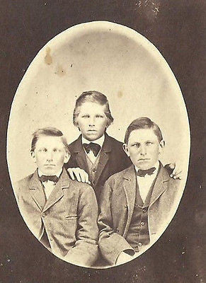 CDV PHOTO 3 HANDSOME YOUNG BOYS BROTHERS OVAL POTRAIT 1860'S - Back from the dead antiques