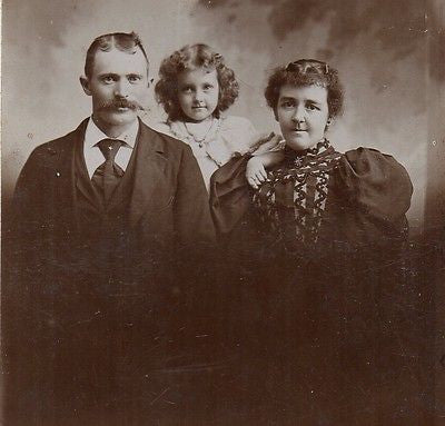 CABINET PHOTO CHARMING VICTORIAN FAMILY EXCEPTIONALLY BEAUTIFUL LITTLE GIRL - Back from the dead antiques