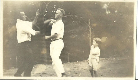 ANTIQUE PHOTO 2 MEN PLAYFULLY BOXING OUTDOORS WHILE KID WATCHES 1900'S - Back from the dead antiques