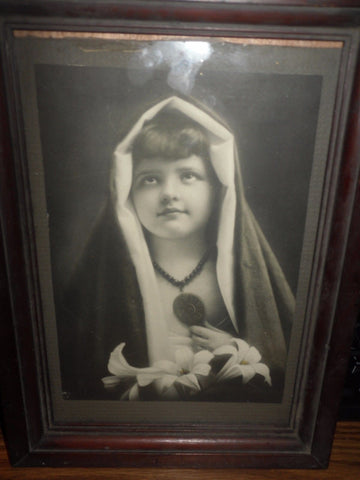 ANTIQUE PHOTO BEAUTIFUL YOUNG GIRL IN HOOD WITH FLOWERS FRAMED E 1900'S - Back from the dead antiques