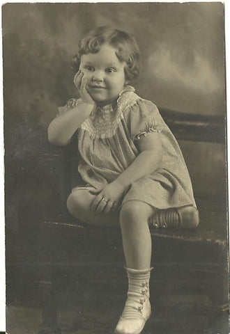 ANTIQUE PHOTO BEAUTIFUL LITTLE GIRL SMILING ON CHAIR HAND TO CHEEK 1920'S - Back from the dead antiques