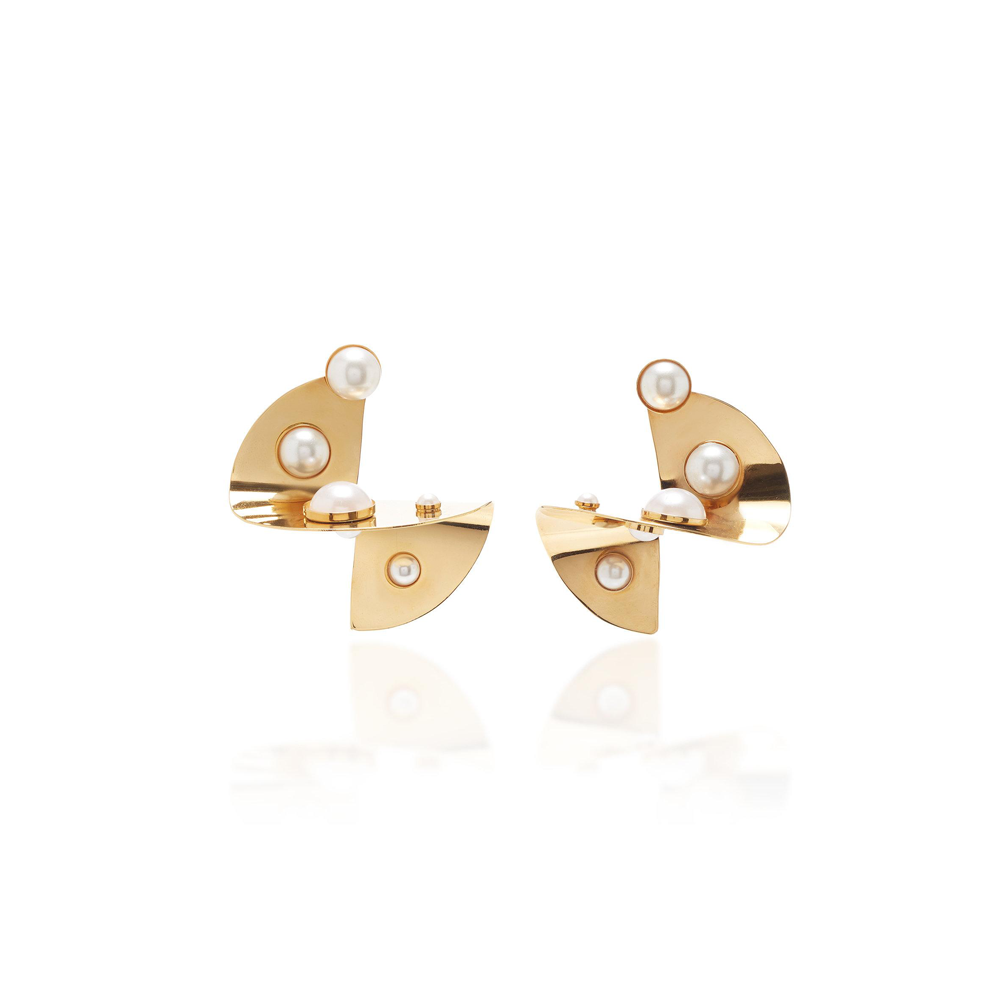ABSTRACT DISC-SHAPED GOLD-PLATED EARRINGS WITH PEARL DETAILS