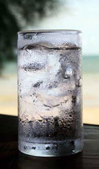 staying well on holiday - be careful of ice in drinks