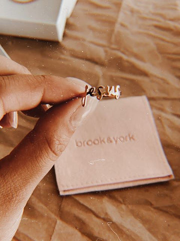 $influencer @alexiadanielleanast holding Nella Nameplate Ring by @brookandyork