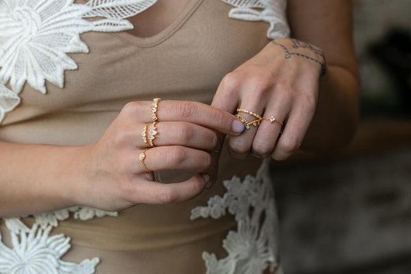 Single Stone Chain Ring in Gold - Corail Blanc