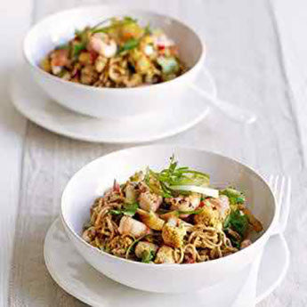 SPICED SINGAPORE NOODLES WITH CAULIFLOWER, CHICKEN & PRAWNS