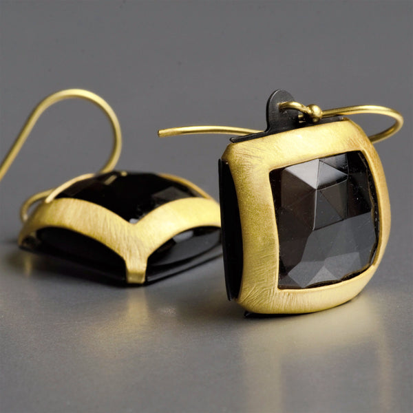 These ravishing sterling silver earring with smoky quartz is skillfully and artistically plated with 22 kt. gold. Matte finish on these earrings enhances the dazzling quality of luxurious smoky quartz gemstone.