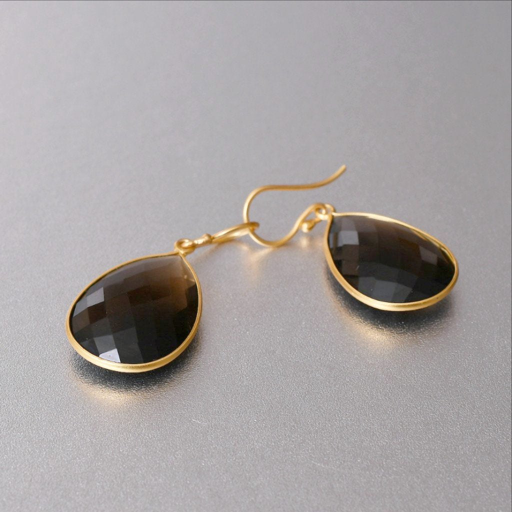 The popularity of the smoky quartz is not only for its gleaming and glistening appeal but for its affordability as a gemstone and the energy it provides. Elegant tear drop earrings in18 kt gold are 4cm long and 2.25 cm wide.
