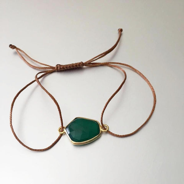 An adorable, lightweight, stretchable stain cord bracelet with green onyx gemstone. The Green Onyx is widely popular for attracting positive energy, and for repelling negative energy and vibes from around the wearer.