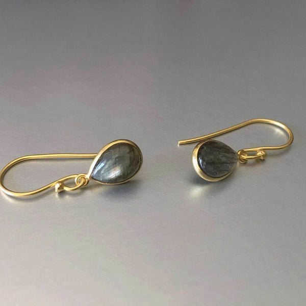Polished and Mondaine, these appealing Agma earrings are a treat to our eyes. Dainty and lightweight, but surely with a phenomenal appeal of labradorite gemstones, these are your everyday earrings.
