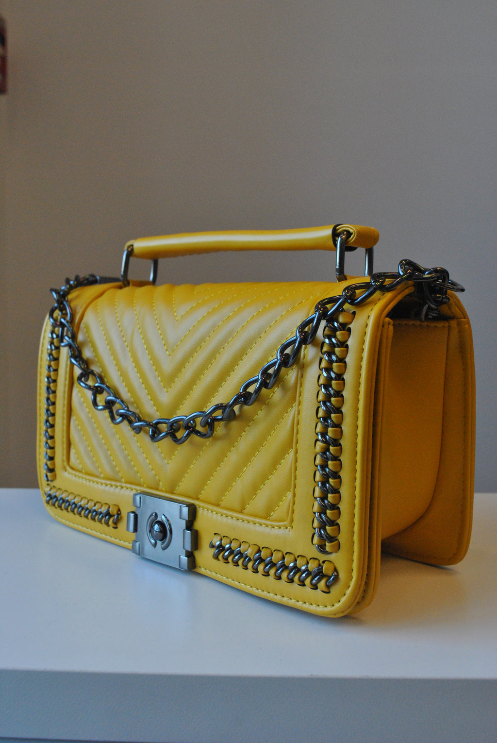 MUSTARD CROSSBODY HANDBAG WITH CHAIN DETAILS