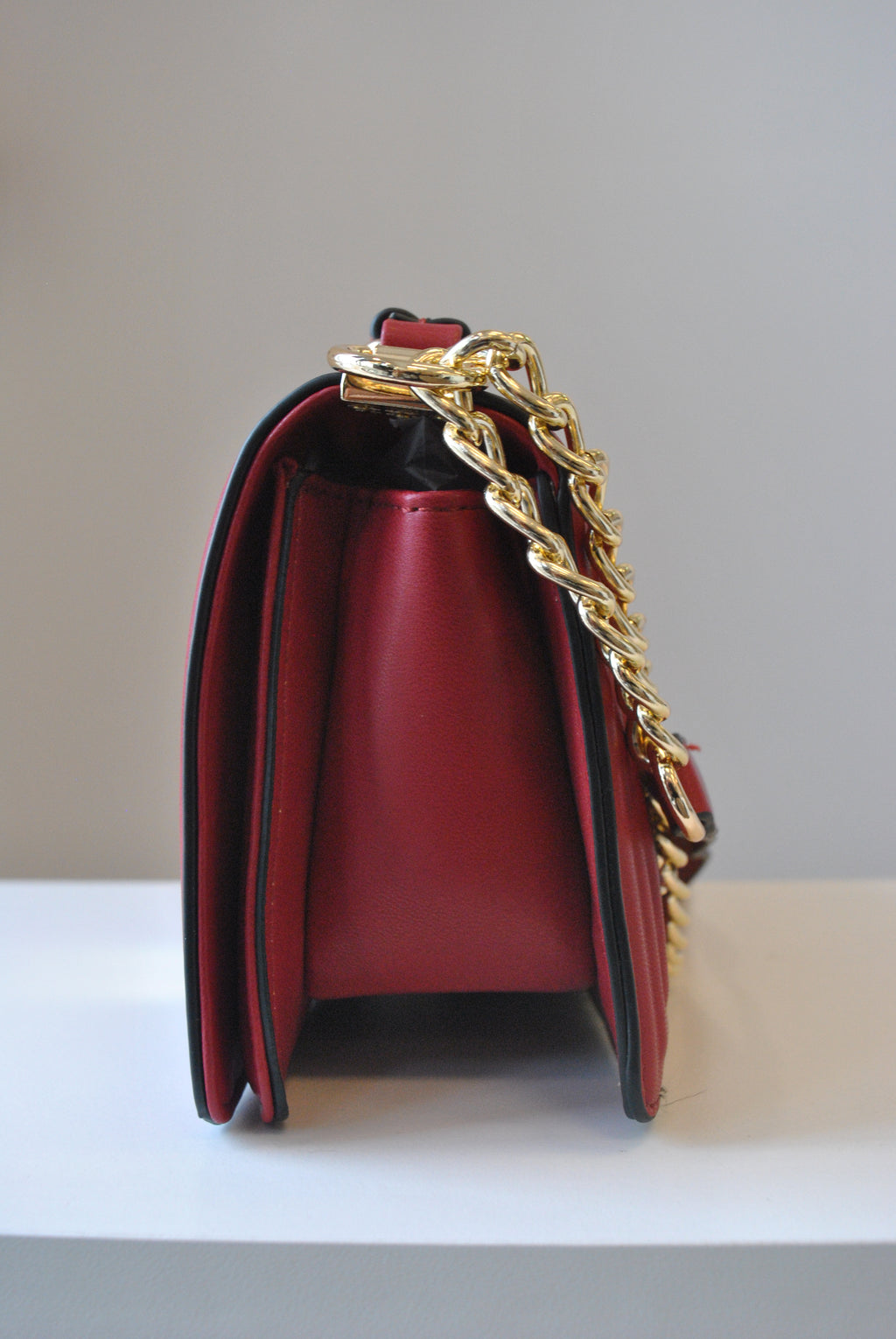 DEEP RED COLOR GUILTED CROSSBODY BAG WITH GOLD CHAIN
