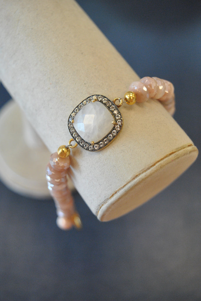 PEACH AND WHITE MOONSTONES BRACELET ON GOLD