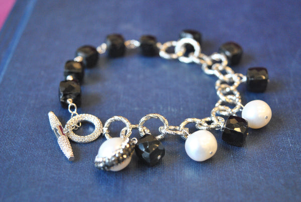 BLACK SPINEL AND WHITE FRESHWATER PEARLS ASYMMETRIC CHARM BRACELET
