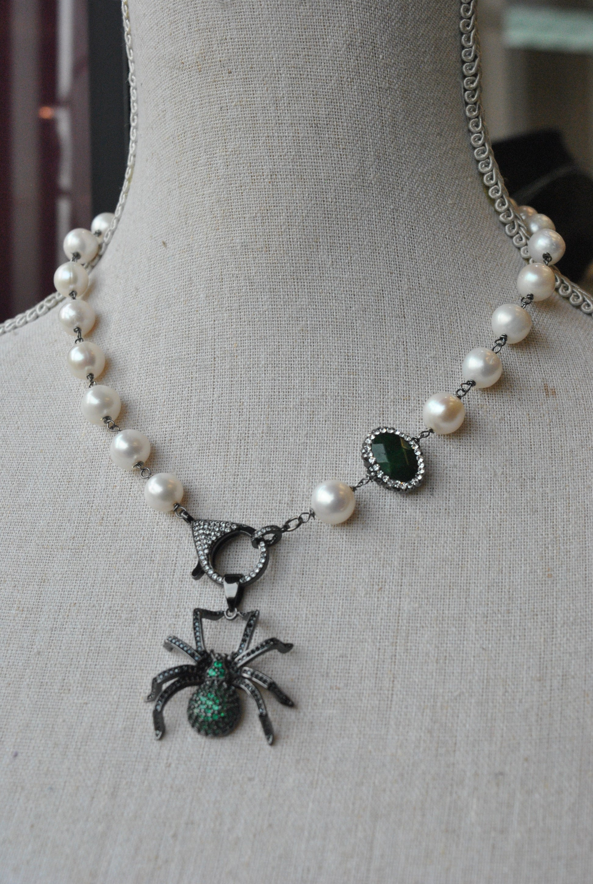 WHITE FRESHWATER PEARLS ASYMMETRIC NECKLACE WITH GREEN RHINESTONES SPIDER