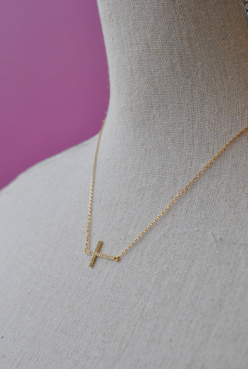 GOLD DELICATE NECKLACE WITH A CROSS PENDANT