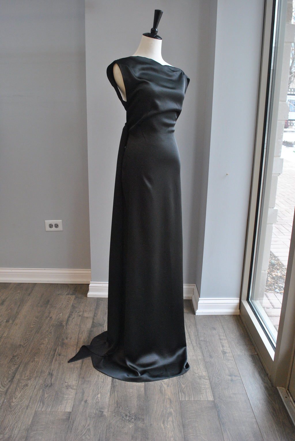 BLACK LONG EVENING DRESS WITH OPEN BACK