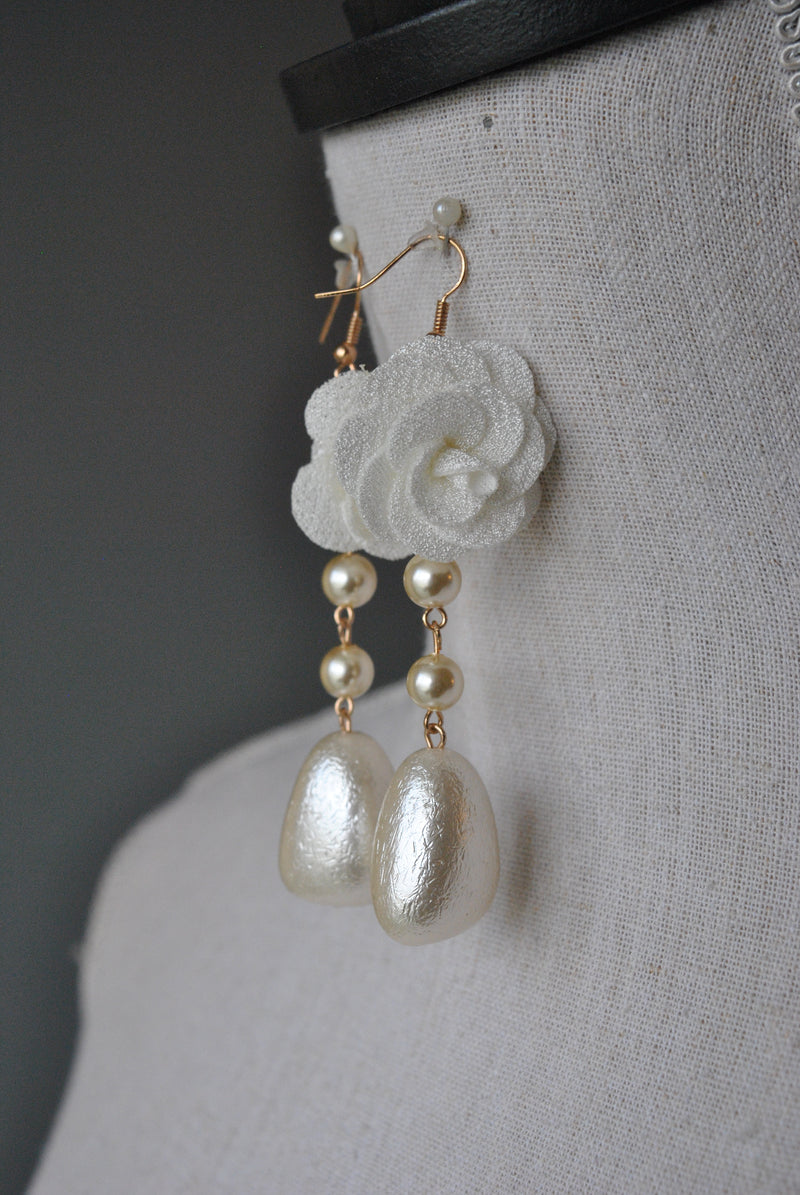 FASHION COLLECTION - WHITE FLOWER AND GLASS PEARL EARRINGS