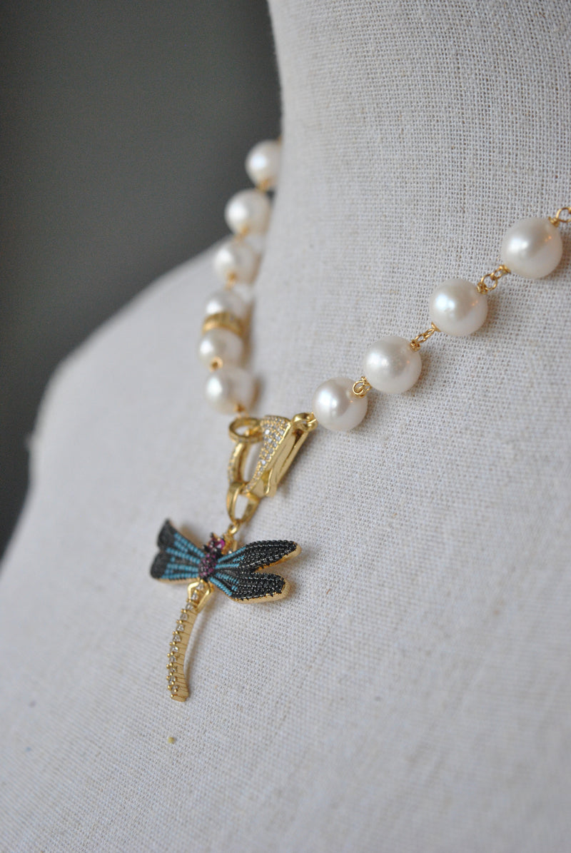 WHITE FRESHWATER PEARLS NECKLACE AND MULTICOLOR GOLD DRAGON FLY PENDANT