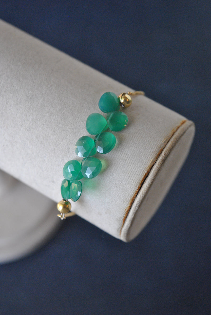 GREEN ONYX TEARDROP ADJUSTABLE BRACELET ON GOLD