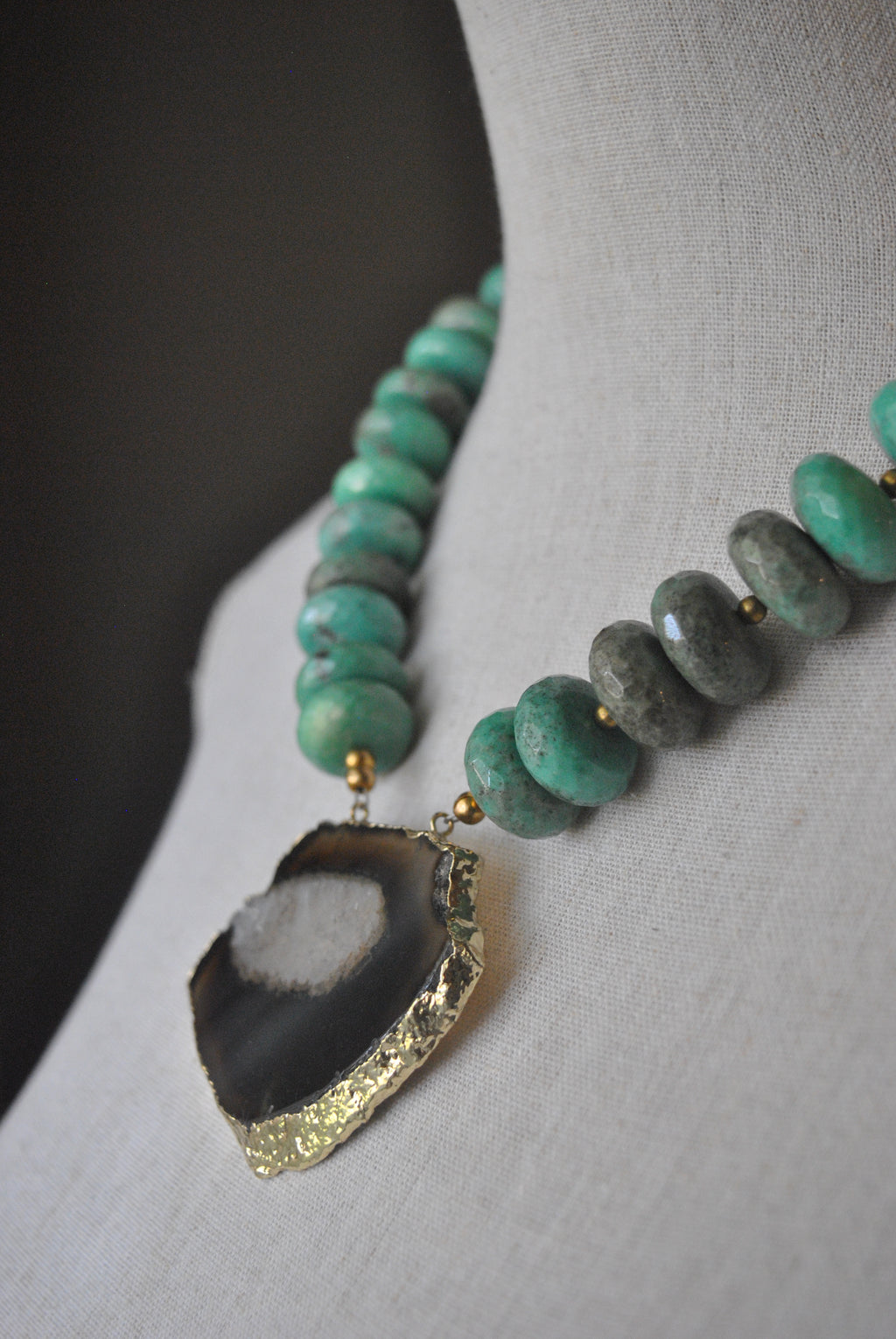 CHRYSOPRASE AND BLACK AGATE FREEFORM PENDANT STATEMENT NECKLACE