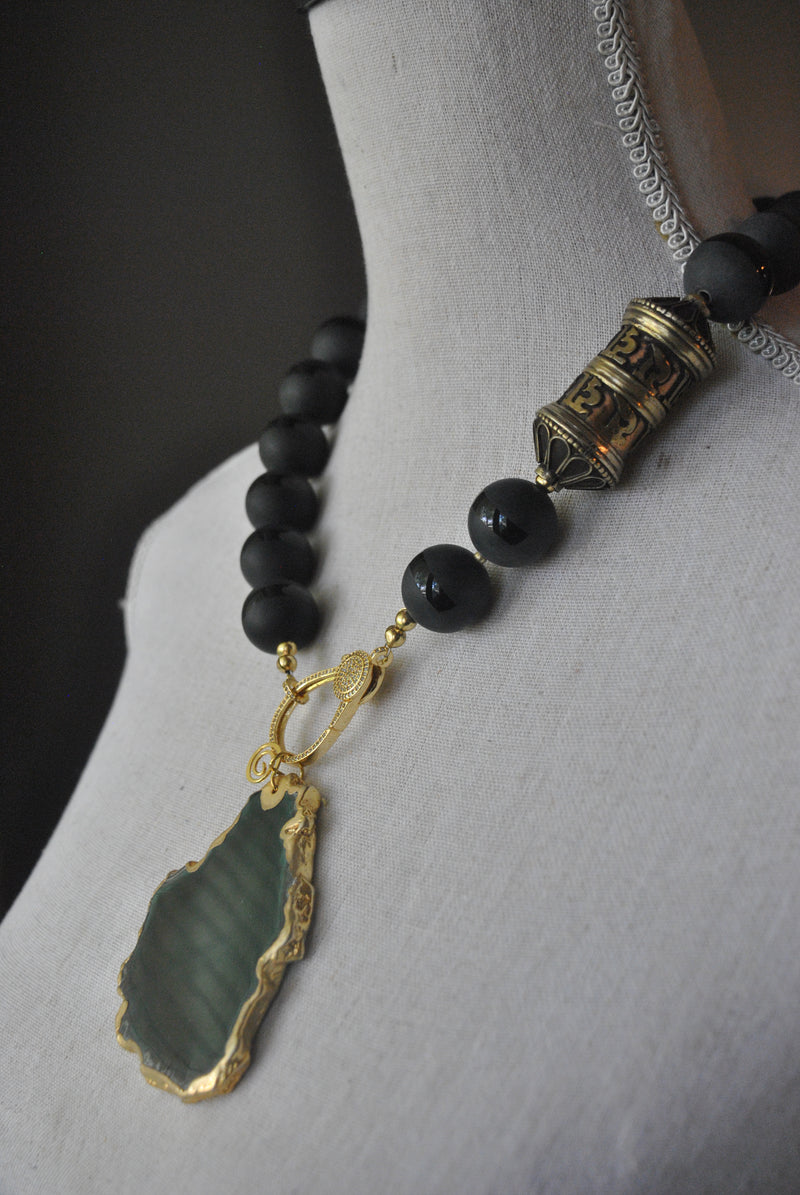 MATT BLACK ONYX AND GREEN AGATE PENDANT STATEMENT NECKLACE