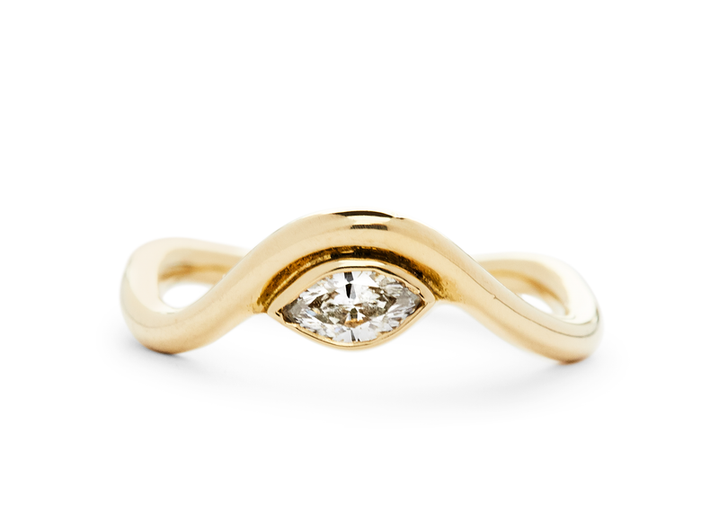 casual seance - curved yellow gold band with FVS1 marquise diamond