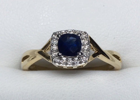 10CT YELLOW GOLD T.D.W 0.40CT DIAMOND AND BLUE SAPPHIRE RING WITH TWISTED BAND