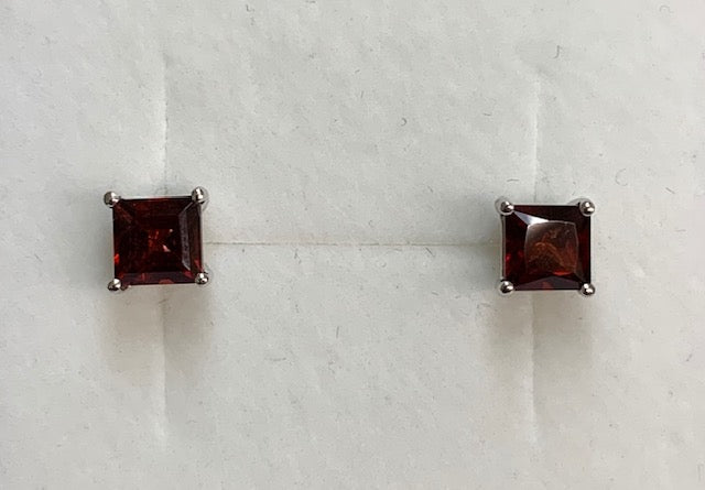 9Ct White Gold 5X5Mm Square Garnet Claw Set Stud Earrings