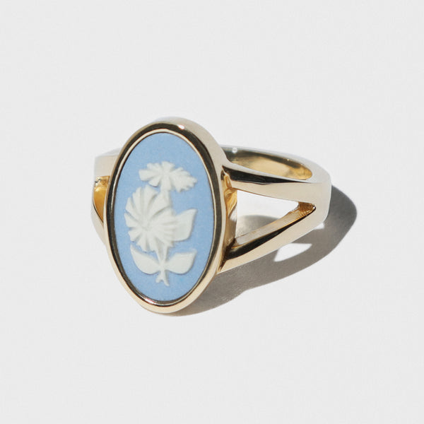 WEDGWOOD BLUE/WHITE CHRYSANTHEMUM GOLD RING